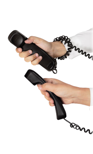 ידיים מחזיקות בטלפון ישן שמייצג איך הזמינו פעם