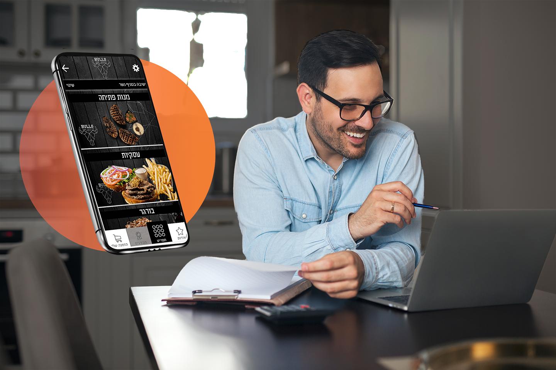 בעל עסק בחולצה מכופתרת כחולה יושב ורואה איך להגדיל הכנסות באמצעות אפליקציית הזמנות ומשווה ברשומות שלו על קליפבורד