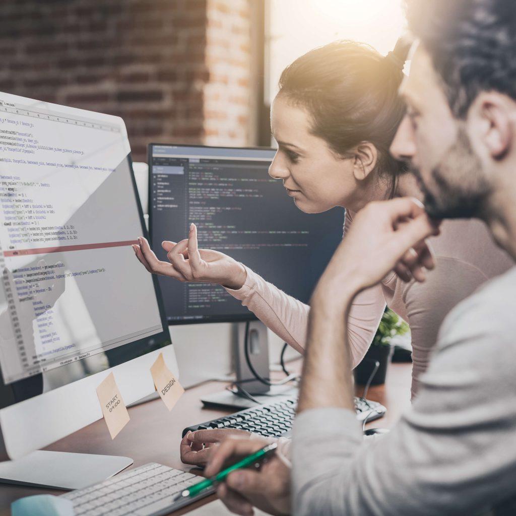 חדר עבודה עם אנשי מקצוע של חברת פיתוח לאפליקציה לעסק