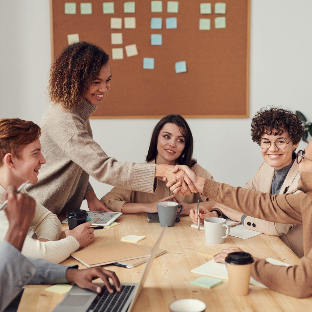ישיבה עם צוות לגבי אסטרטגיות שיווק למסעדה