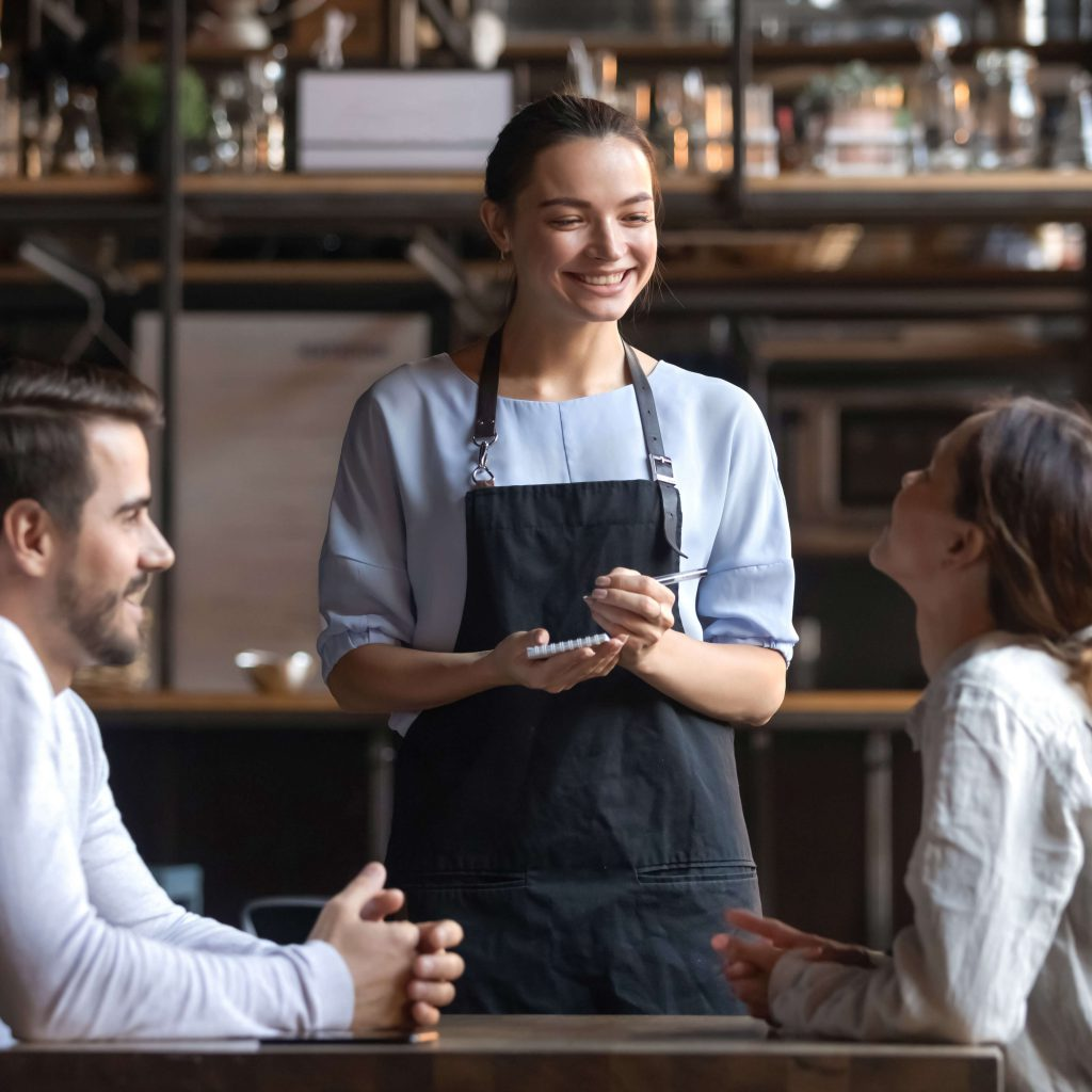 איך להתמודד עם לקוחות בררנים תקשורת חשובה בין המלצר ללקוח.