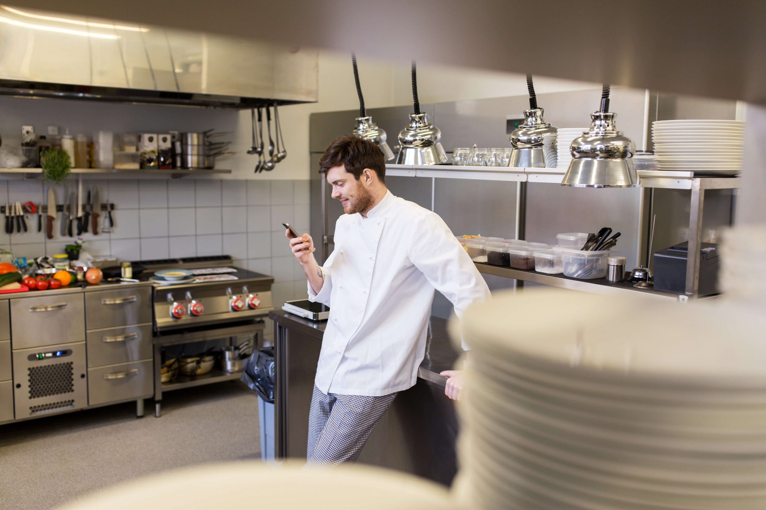 טבח במטבח מסעדה עובד במסעדת רפאים לאחר השלכות הקורונה