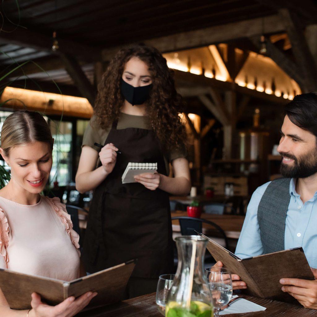 לקיחת הזמנה מלקוחות המסעדה בתקופת הקורונה